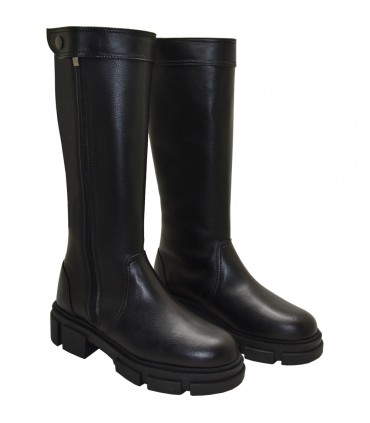 Lou boots Erica